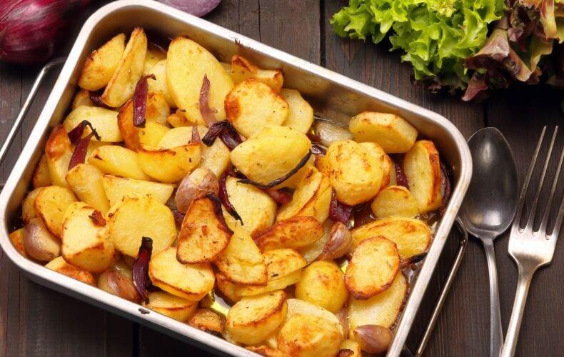 ricetta-patate-al-forno-con-aglio-e-cipolla