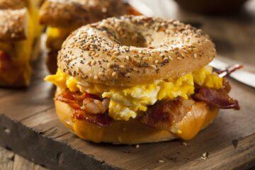 bagel con uova e bacon
