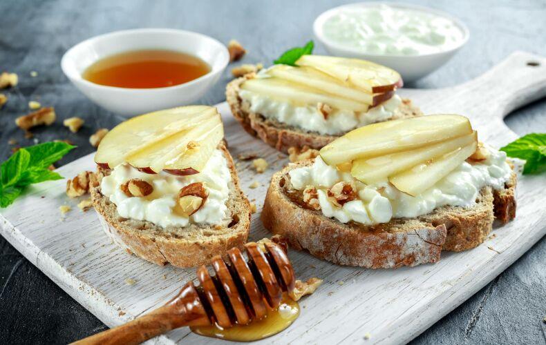 crostini alle mele, formaggio e miele