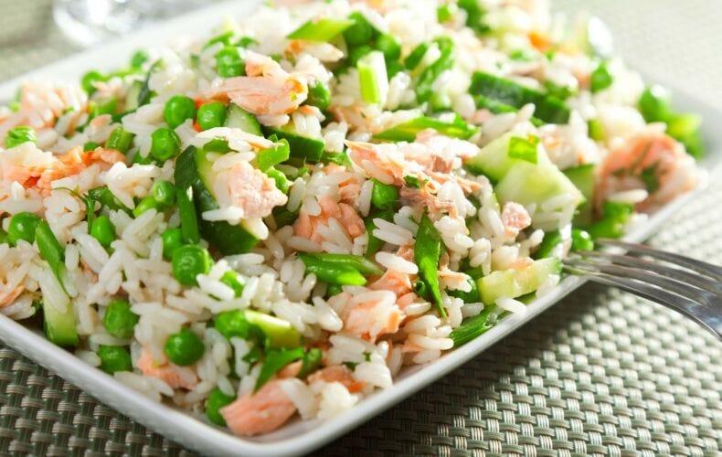 insalata di riso, salmone e verdure