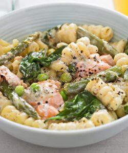 pasta con panna, salmone e asparagi
