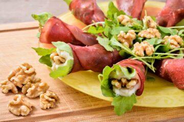 rotolini di bresaola con insalata, philadelphia e noci