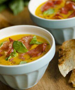 zuppa fredda di melone con prosciutto crudo croccante