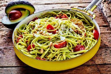 pasta con crema di avocado, pomodorini e pinoli