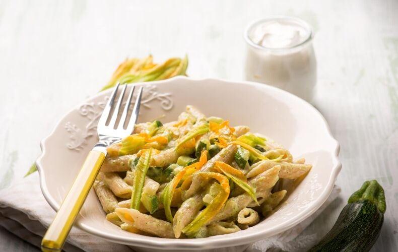 pasta panna, zucchine e fiori di zucca