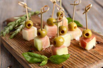 spiedini di melone, prosciutto e olive