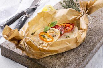Ricetta Pesce Al Cartoccio Con Pomodori E Peperoni
