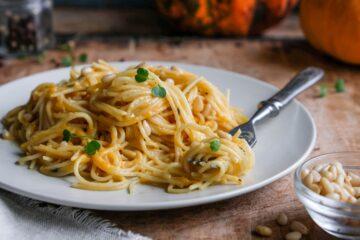 Ricetta Spaghetti Con Crema Di Zucca Pancetta E Pinoli