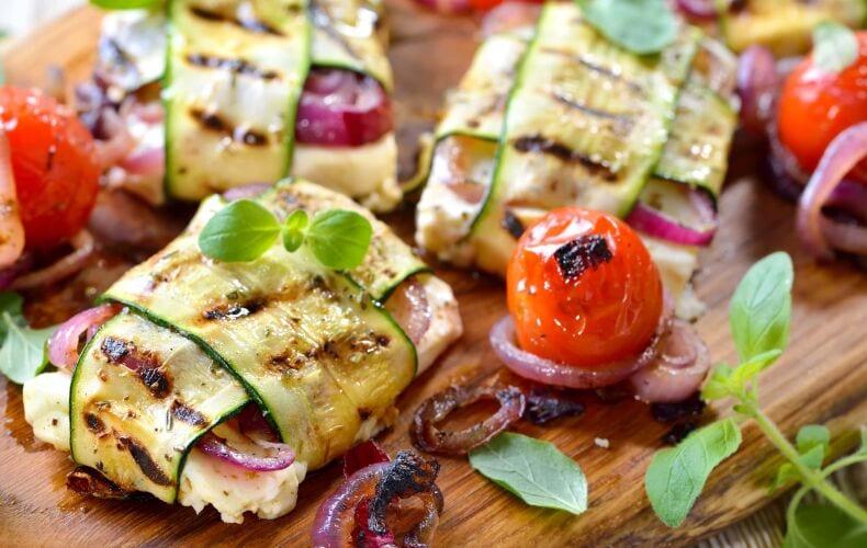 Ricetta Involtini Grigliati Di Mozzarella Con Zucchine E Cipolla