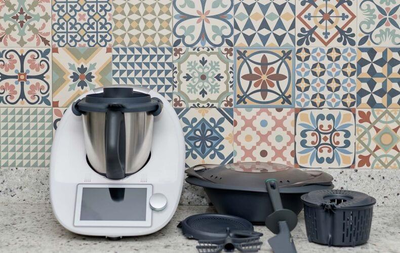 Bimby Thermomix Sulla Cucina Con Gli Accessori