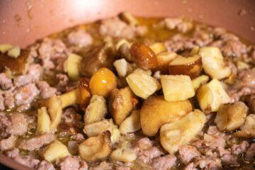 Ricetta Preparazione Pasta Salsiccia E Funghi 5
