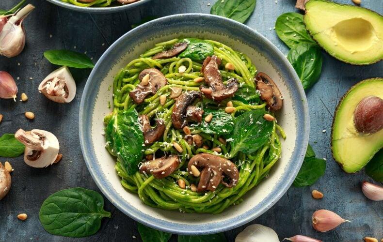 Ricetta Spaghetti Con Funghi Pesto Di Avocado E Spinaci