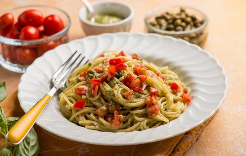 Ricetta Spaghetti Al Pesto Pomodorini E Capperi