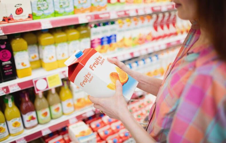 Donna Che Compra Succo Di Frutta